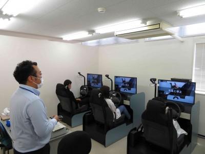 教習設備も大変充実!施設内にはシュミレーターはもちろん、カートレーナー、無線車その他、多数の視聴覚教材が備わっています。