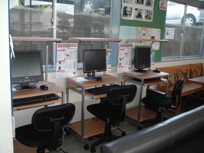 学科内容の復習用PC設備も完備しています!不安な点があれば、いつでも自分の好きな時に習ったことの見直しができるため、勉強が効率よく進みます。