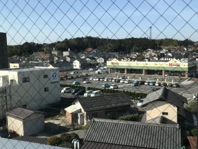 学校から見える場所に大型スーパーもあり、買い出しに便利です!