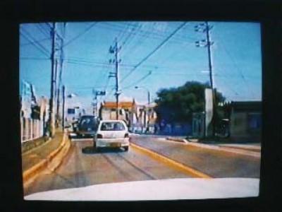最新の設備をいち早く導入。路上教習において教習車に搭載した3台のカメラがあなたの運転を映像化。リアルタイムで前方、後方、ドライバーを撮影し録画もできます。
