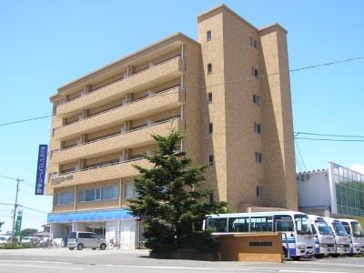 佐世保市内にある日野の教習所はとってもきれい!そして敷地内には1階がコンビニとなった専用宿舎もあり、合宿中も不便を感じることはありません!
