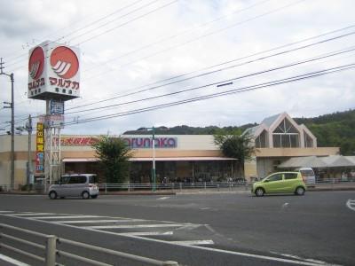 宿泊施設のすぐそばにはスーパーや薬局、カラオケやボーリングなどもあり充実の周辺施設です。利便性が高く、買い物にも困りません。