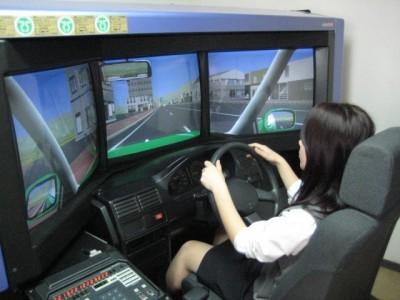 水俣自動車学校には、高速教習用のシュミレーターも完備!ハイテクな設備が揃っていますので、短期間の合宿免許でもばっちり運転を学ぶことができます。