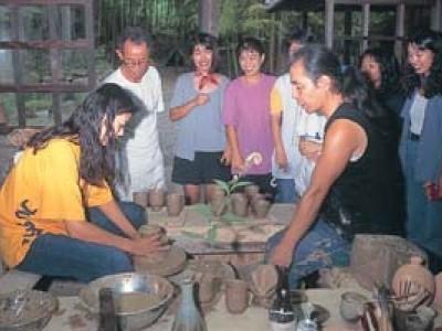 ご希望の方には陶芸教室も。合宿期間中、ご希望の方には工房巡りをご案内しております。竹とんぼづくりや陶芸教室もあり、教習合間の気分転換ができますね。
