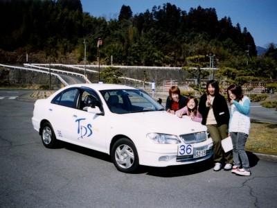 教習車は日産ブルーバード!初めての方でも運転しやすいと評判の車です。指導員も親切なので、皆さんすぐに運転が上達します。
