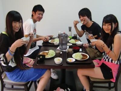 温泉ホテル内のレストランで友達とご飯。合宿期間は短いものの、毎日一緒だから自然と仲も深まります♪友達と美味しいご飯を食べて、翌日の教習に備えましょう!