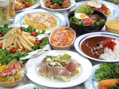 食事もおいしいと評判!おしゃれな雰囲気のレストランで、様々な料理を楽しめます。毎週木曜日には、なんとスイーツバイキングも開催♪