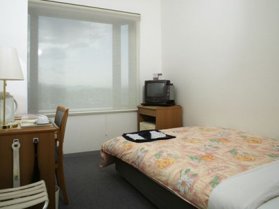 宿舎は基本的にシングルルームで、天然温泉付きのホテルです!最高の眺望が楽しめる展望風呂付きのホテルや、ゴルフ練習場付きのホテルをご用意しています。 天然温泉に浸かって教習の疲れを癒しましょう!