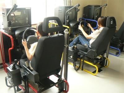 初めての運転、出切るかな・・・と不安なあなたも大丈夫!本格的なシュミレーターを使用し、段階を踏みながら、しっかりと運転技術が身につくようサポートしてくれます。