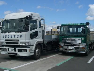 広々とした教習コースを有する秋田北部自動車が校では、普通車だけでなく大型車や特殊車両の教習も実施しています。