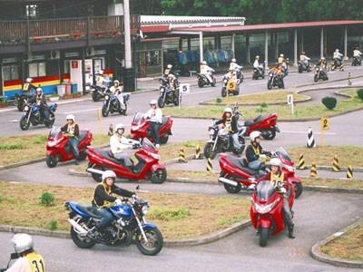 60台のバイクが同時に教習可能な栃木県最大の二輪車専用コースを保有しており、スタッフも二輪教習のベテランばかりですので初めての方でも安心してバイクの免許取得が可能です。