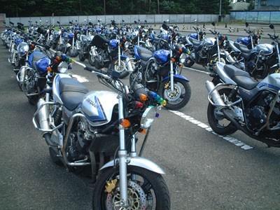 教習バイクがズラリと並ぶ様子は壮観! 二輪専用コースは約60台が同時教習可能な広々設計です