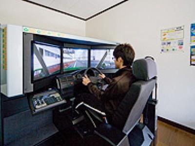 実車に乗る前にシミュレーターで模擬運転を体験します。