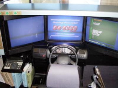ドライビング・シミュレーターです。実際の道路上で起こり得る、ヒヤッとする体験や、事故にあう体験をできるのがこのシミュレーターです。