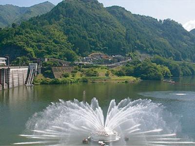 中津市は自然景観も豊かです!耶馬溪ダムもその一つ!耶馬溪湖はダムによって形成された人造湖です。中津市の観光スポットとしても大人気!耶馬溪湖には噴水が設けられており、ダム自体の景観も抜群に綺麗ですよ♪忙しい教習の疲れも癒されます!