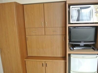 お部屋には電子レンジ・冷蔵庫もあります。クローゼットも大きめなものを設置し喜ばれています!