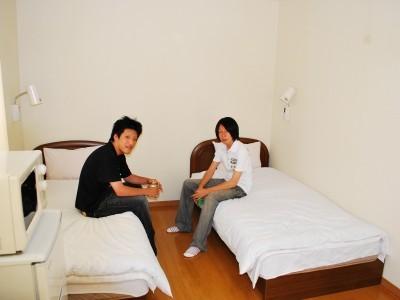 アパートタイプの男性専用宿舎。コンビニやカラオケが近くにあります。