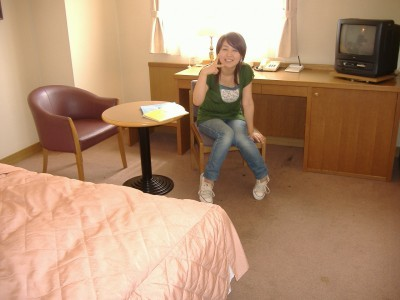 学校隣接の「シティホテル友部」。空間を贅沢に使ったロビー。柔らかい光とシックな色調の館内。洗練されたインテリア。機能性を配慮したスペース作りと広いベッドでハイグレードな時間が過ごせます。