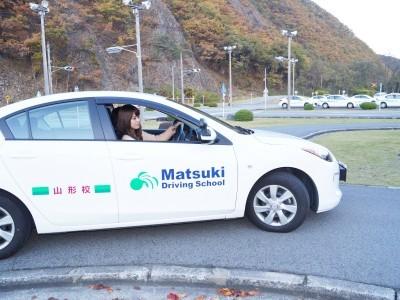 教習車両は乗りやすく操縦性も優れているマツダのアクセラを使用しています。運転技術も学ぶのにも最適な車です。