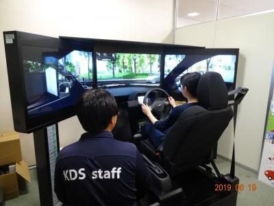運転シミュレーターでの練習!先生も横に付いて優しく教えてくれます。