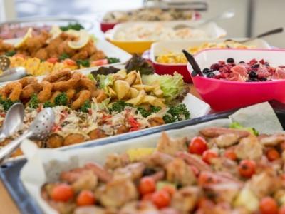 校内にある食堂UNOはとにかくご飯が美味しい!と大好評です。週変わりのメニューや食べ放題のランチバイキングなど、心もお腹も充実なメニューを揃えています。食堂内には、卒業生からの寄せ書きもいっぱい♪美味しいご飯をしっかり食べて教習がんばりましょう! ※新型コロナウイルス感染症予防の観点からケーキバイキング・ランチバイキングは現在行っておりません。予めご了承ください。