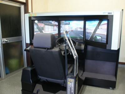 シミュレータ室。 まるで本当にドライブしているかのような、リアルな感覚で、運転には常につきものの危険場面もしっかり対策できます。シミュレータなら安全スキルアップが可能です。