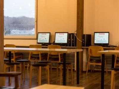 空き時間に自由に使えるパソコンもあります!友達と遊ぶのもいいけど、たまには一人でゆっくりネットサーフィンしたいな…という時に便利ですね♪
