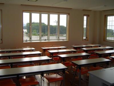 学科教習用の教室はこじんまりとしていますが、その分教習生や指導員との距離も近いため、きっとすぐに仲良くなれますよ♪