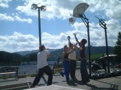 宿舎の隣にはバスケのリングが!座りっぱなしの教習で固まった体をバスケで思いっきり動かしましょう♪