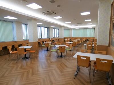 新校舎内にある食堂は開放感のある造りで、教習コースや自然豊かな風景を眺めながら美味しい食事を召し上がってくださいね!