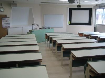 白を基調とした教室内は清潔感があってキレイ♪落ち着いて講習を受けられますね。大型スクリーンでビデオ教材も見やすそう♪これで検定もバッチリ!