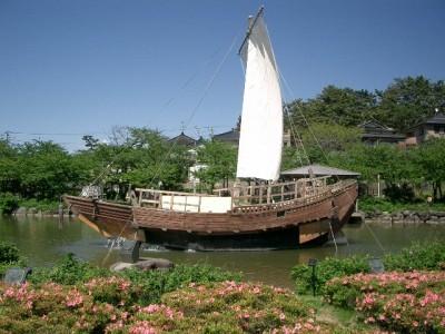 歴史ある港町を観光しよう。 酒田市は、最上川の河口に位置し、日本海に面しています。市内中心には最上川が流れ、冬には多くの白鳥が飛来します。 観光地として親しまれているので見所たくさんです。パワースポットとして有名な「鳥海山」は山を眺めるだけでもパワーをもらえるそうですよ!