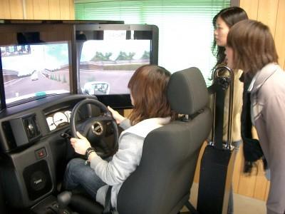 大型のドライビングシミュレーターも完備。実車ではできない危険予測運転の教習もこれでバッチリ♪