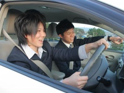 出羽自動車教習所の指導員は皆優しくて親切。だから初めての運転で緊張していても大丈夫!だんだん緊張がとけて、自然と笑顔で運転できるはず♪