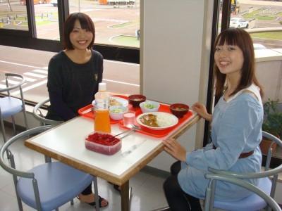 教習コースが見渡せる明るい食堂♪やっぱり新潟のお米は美味しいですね!夕食が提携レストラン10店舗から選べるプランも大人気!