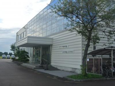 オシャレな外観のマツキドライビングスクール新潟西しばた校。スクールには無料インターネットコーナーや無料レンタサイクルも用意されています。