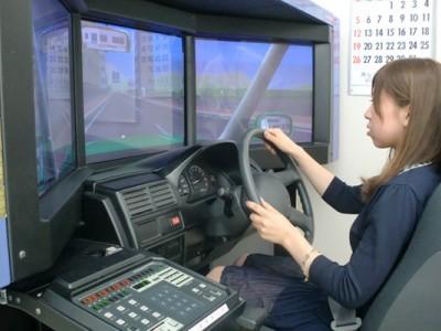 大迫力の高精細映像が魅力のドライビングシミュレーターも完備。危険予測運転教習も緊張感を持って受けられそうです。