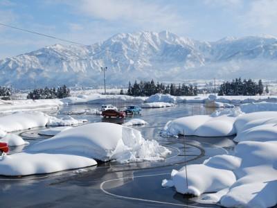冬の教習コースは雪に囲まれてとても幻想的。路上教習では雪道走行も体験できるかもしれませんね。雪化粧を施された八海山も必見です!