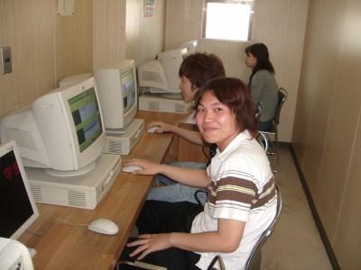 学科教習の問題集用パソコンも複数完備!空き時間に遊ぶのもいいですが、わからないところや不安なところはこれでしっかり勉強しておきましょう♪