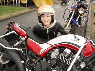 普通自動車免許だけでなく、普通二輪や大型二輪免許も取得可能です!ヘルメットやグローブなど、必要なアイテムはすべて学校で用意いたします。気軽にご参加を!