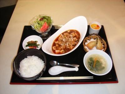 ホテルの豪華な食事は美味しいと評判!お昼にはボリューム満点の日替わり弁当が出ます。