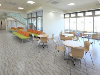大きな窓から光が差し込む広い待合室。カフェみたいにオシャレです!テーブル席やベンチも多数設置されているため、空き時間をゆったり過ごせますよ。