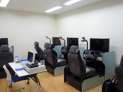 シミュレーションルームにはシミュレーターが複数台あります。技能教習前のシミュレーションや危険予測運転教習など、一度に複数人で教習を受けられることができます。
