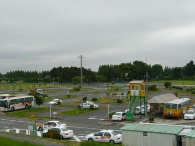 埼玉県でも屈指の広さを誇るアンモータースクールの教習コース。普通車の他に大型車や大型特殊車の教習も行っているため、さまざまな車種を見ることができます。