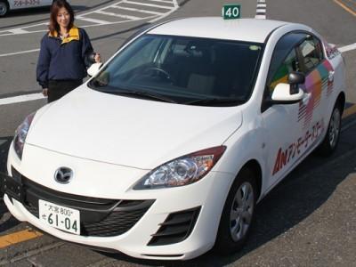 アンモータースクールの教習車は初心者でも運転しやすいと評判のマツダアクセラ。肩の力を抜いて運転に臨みましょう。