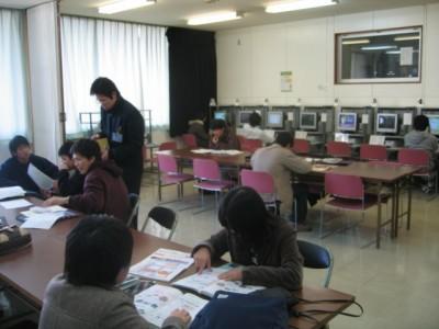 友達同士、みんなで学科の勉強中、アットホームな学校ということでかなり人気があります。