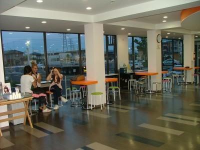 教習所の待合室はカフェのようにオシャレ。LEDライトもスタイリッシュな雰囲気を演出しています。空間にゆとりがあるのもうれしいですね♪