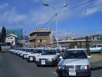 峡南自動車教習所では写真の通りたくさんの教習車を用意しているので、教習もスムーズに進められます。