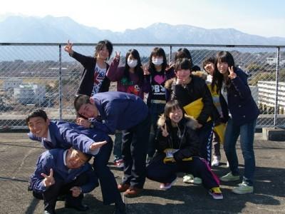 八ヶ岳連峰を望む屋上での一枚。長坂自動車教習所の指導員はとてもフレンドリー!こんな風にすぐ仲良くなれちゃいます♪