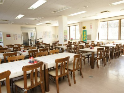 明るくキレイな教習所の食堂。山梨の食材を使った美味しい日替わり定食を毎日食べられます♪